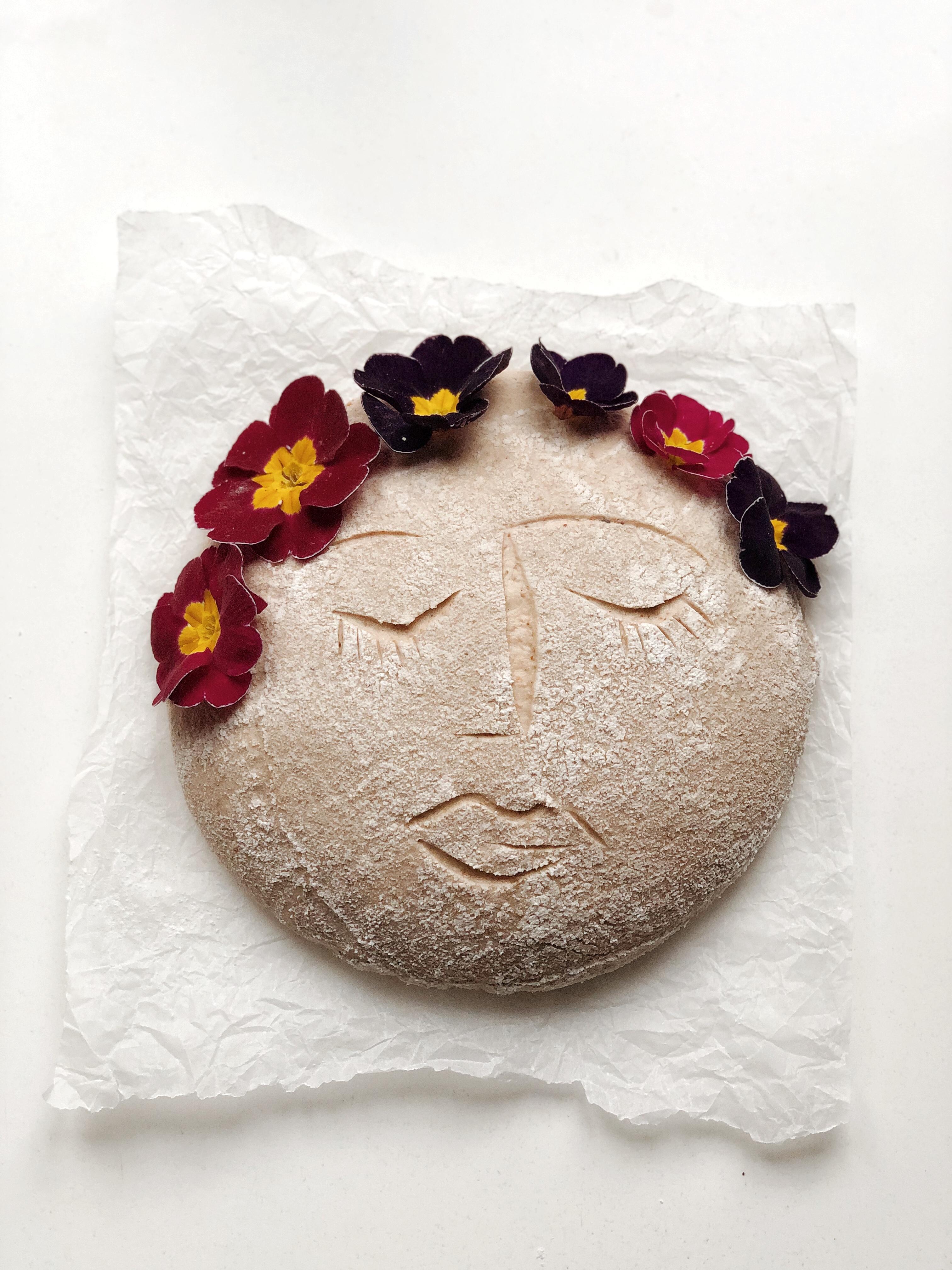 boule de pain avant cuisson décorée avec fleurs fraiches